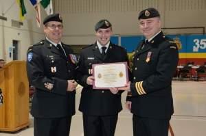 Le Cpl Champagne a reçu un certificat de reconnaissance puisqu'il a terminé premier sur son cours de métier NQ4.